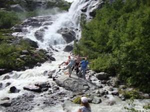 это мы танцуем у водопада
